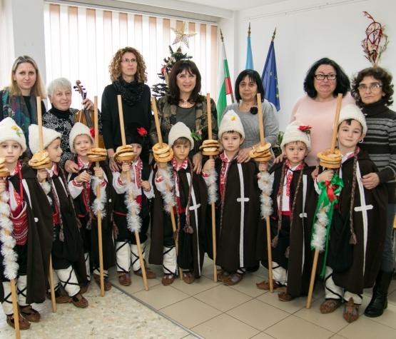 """Коледен поздрав на децата от ДГ№66""""Елица"""" към служителите на РУО София-град"""